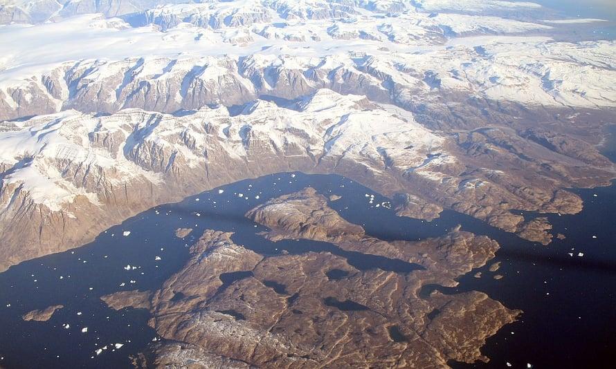 Jää hupenee Grönlannissa.