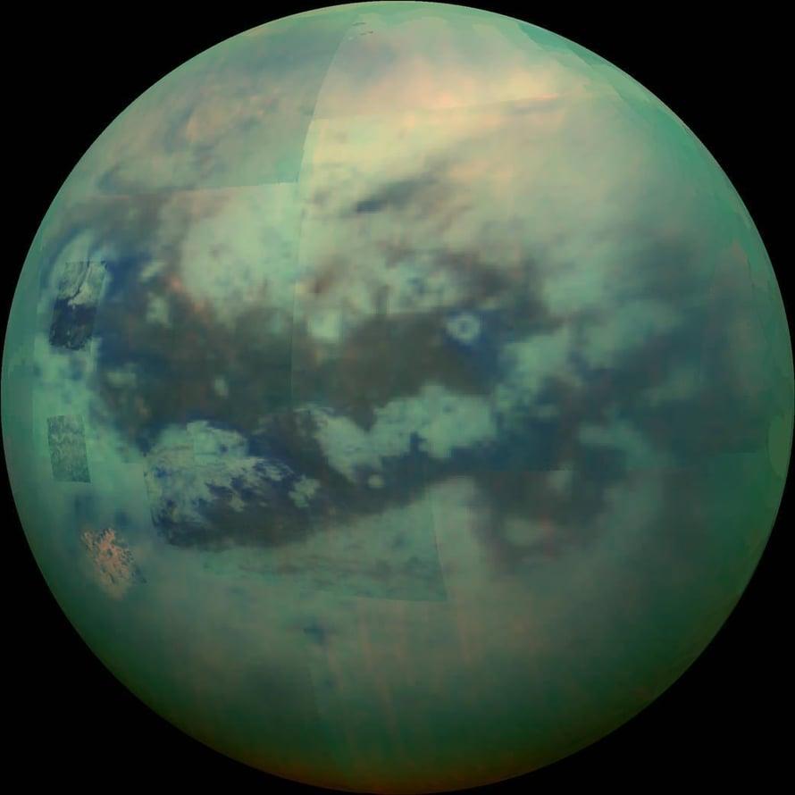 """Saturnuksen suurin kuu Titan on enimmäkseen usvan peitossa. Kuva: <span class=""""photographer"""">Nasa</span>"""