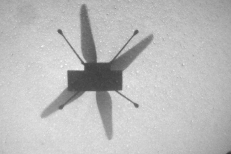 """Helikopteri kuvasi Marsissa oman varjonsa tiistaina. Kuva: <span class=""""photographer"""">Nasa</span>"""