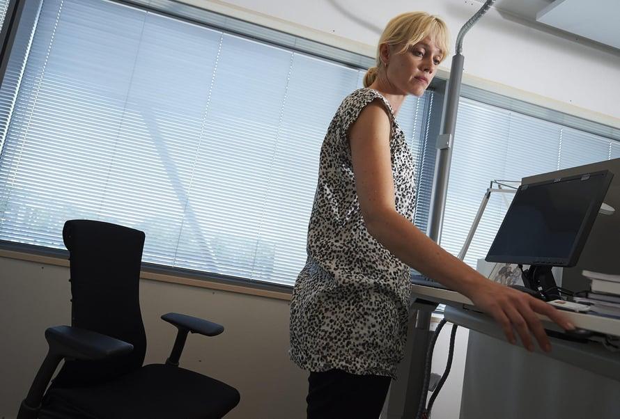 """Monissa toimistoissa työpöydän korkeutta voi jo säätää. Kuva: <span class=""""photographer"""">Kimmo Räisänen</span>"""