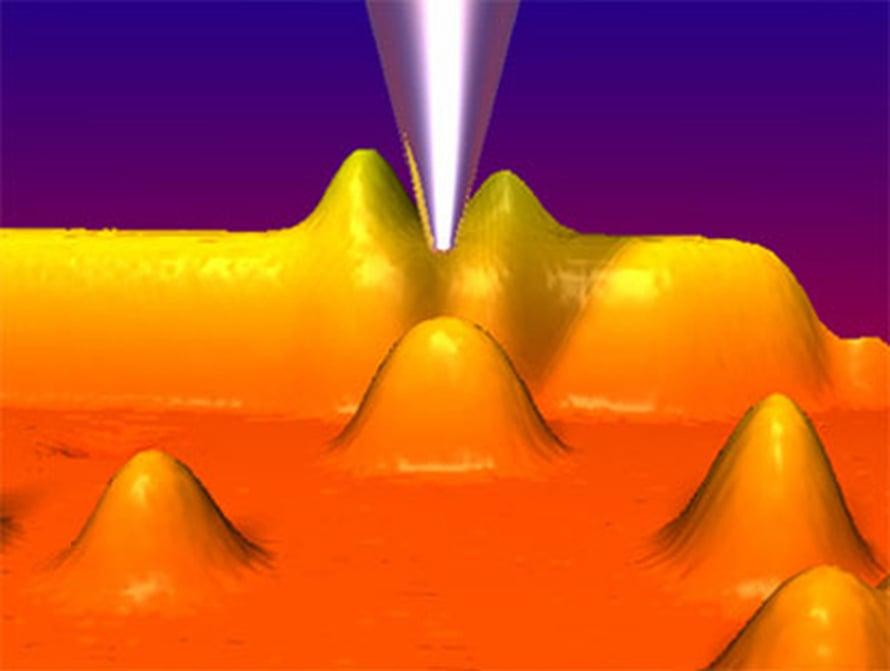 """Tunnelointimikroskoopin metallikärki tutkailee kuparipinnalla olevia kobolttiatomeja. Kuva: <span class=""""photographer"""">Max-Planck-Institut für Festkörperforschung</span>"""