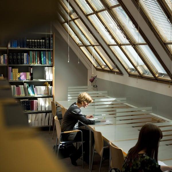 Opiskelija voi joutua ainakin välillä lukemaan tylsiä kirjoja. Kuva: Mika Ranta