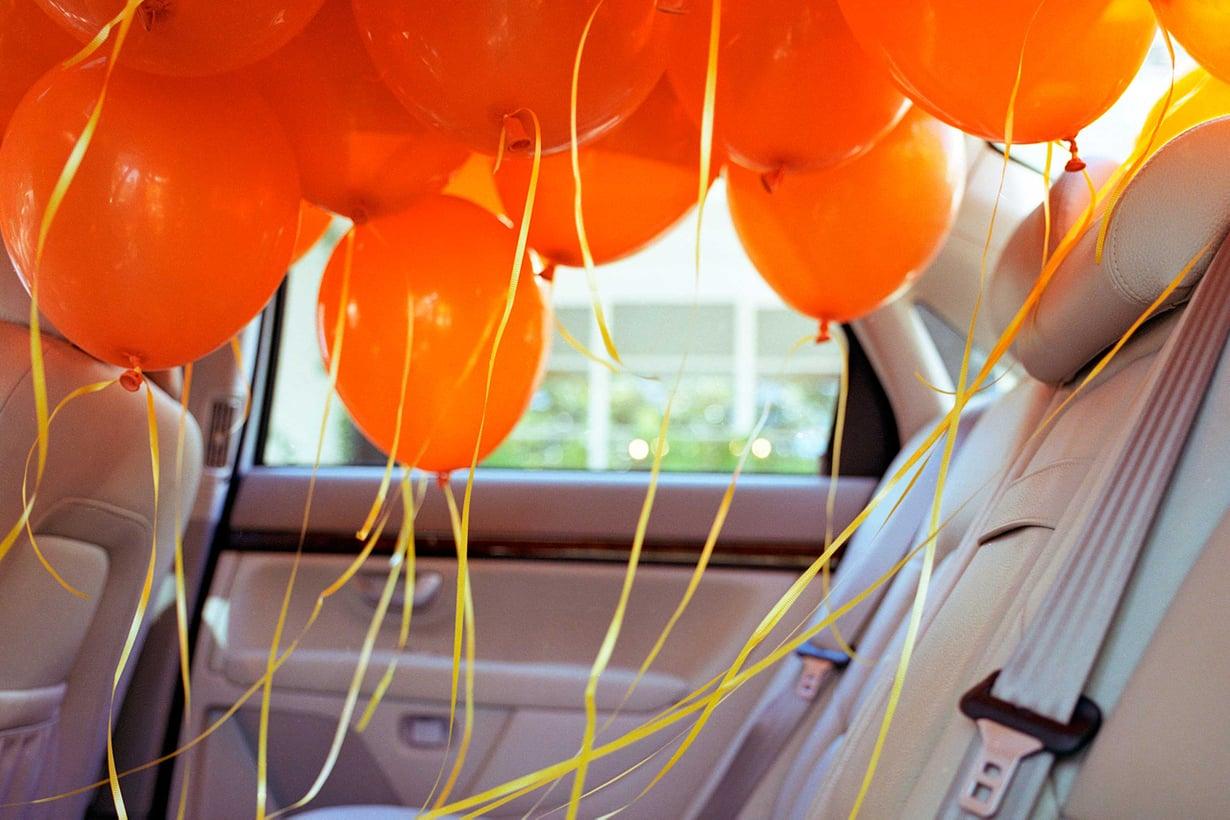 Kun auto hidastaa, heliumpallot leijuvat takapenkin ylle. Kuva Getty Images