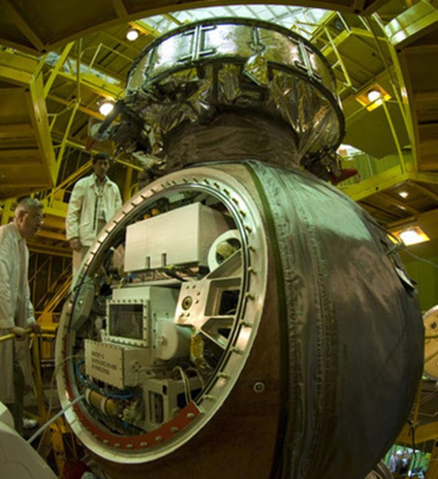 """Foton M3 -alusta valmistellaan matkaan. Kuva: <span class=""""photographer"""">ESA - S. Corvaja</span>"""