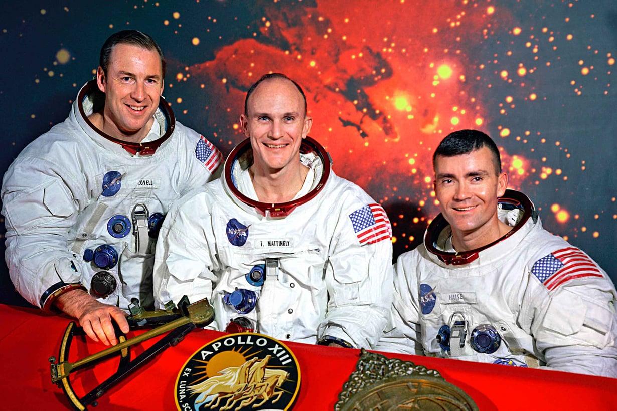 Apollo 13 -astronautit James Lovell ja Fred Haise saavat kiittää ilmastointiteippiä hengestään. Thomas Mattingly väisti vaaran saatuaan lähdön alla tuhkarokon. Kuva Nasa