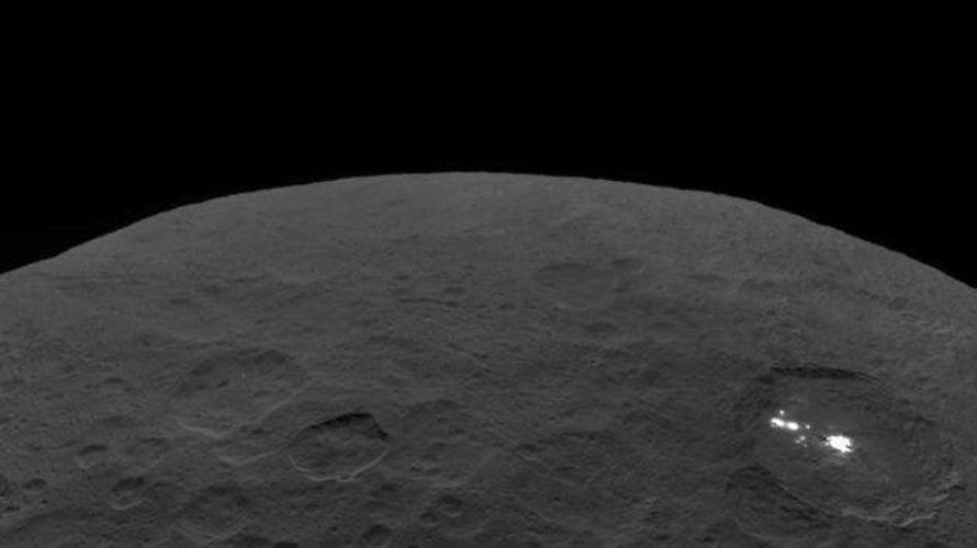 """Occatorin kraatterin vaaleat läikät erottuivat kaukaa Dawn-luotaimen kuvissa ja herättivät hämmennystä. Kuva: <span class=""""photographer"""">Nasa</span>"""