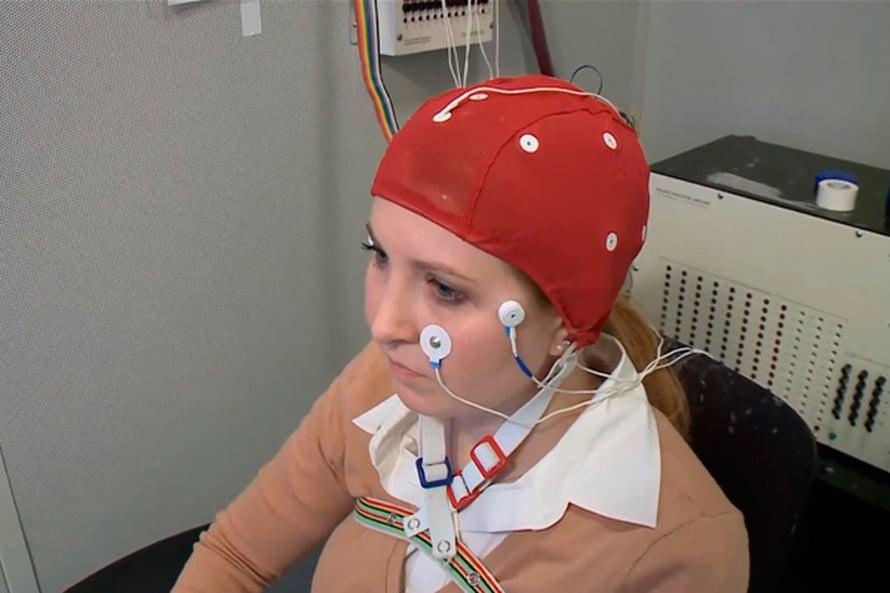 Sähköpäähineellä tutkijat paransivat oppimista. Kuva Vanderbilt-yliopiston videosta.