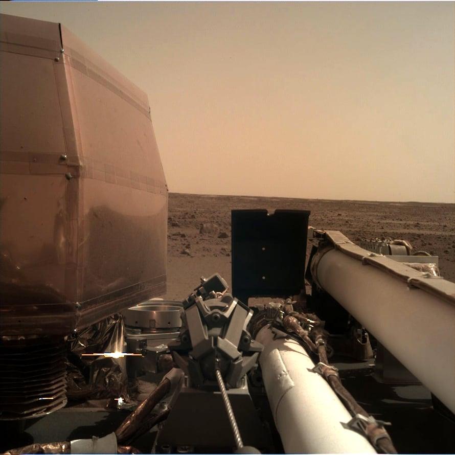 InSight kuvasi maisemaa ympärillään käyttäen robottikättään.  Kuva: NASA/JPL-Caltech