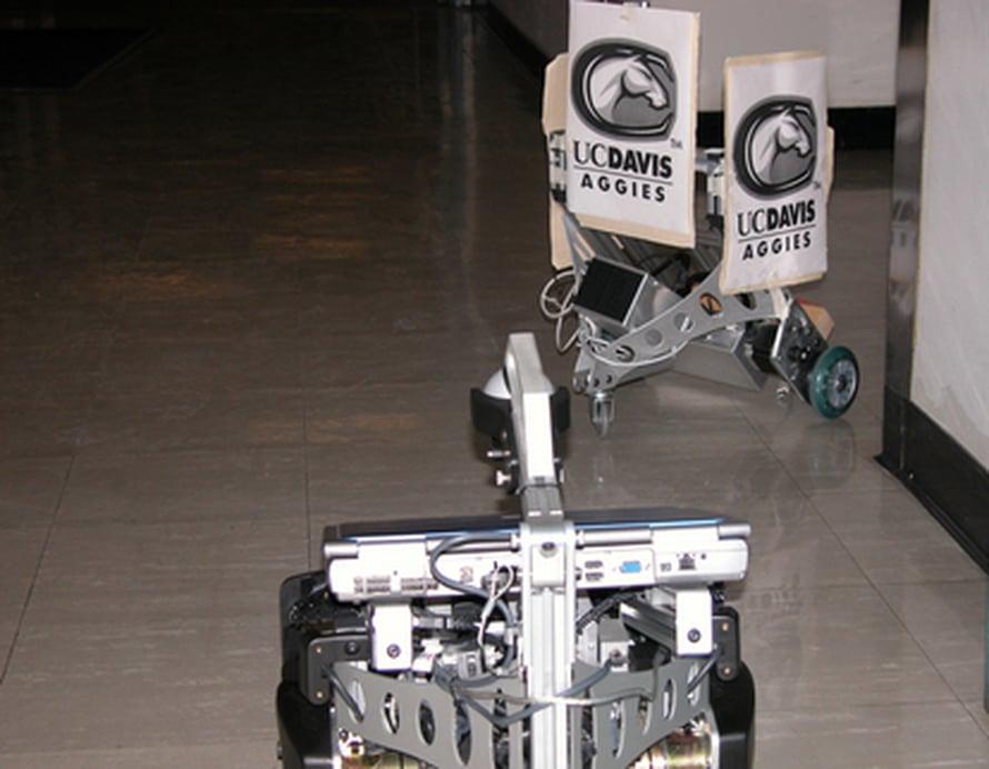 """Scorpion-robotti seuraa johtajaa kulman ympäri. Kuva: <span class=""""photographer"""">Sanjay Joshi/UC Davis</span>"""