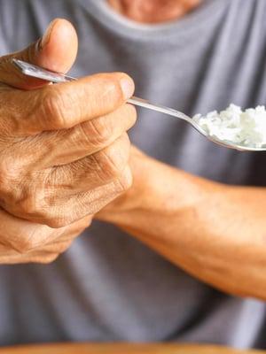 """Parkinsonin taudin aiheuttama vapina voi vaatia tukea toiselta kädeltä. Kuva: <span class=""""photographer"""">Shutterstock</span>"""