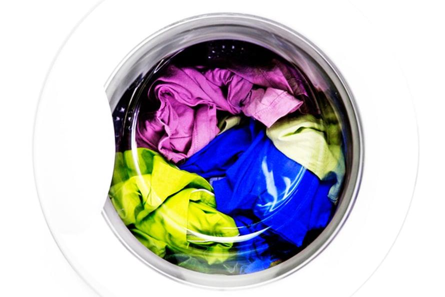 Hiki ja rasva jämähtävät vaatteeseen viileässä pesuvedessä. Kuva Shutterstock