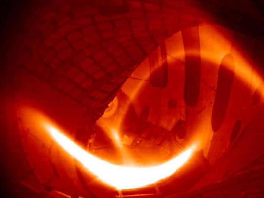 """Vetyplasma hehkui ensimmäisen kerran Wendelstein 7-X -koereaktorissa. Kuva: <span class=""""photographer"""">IPP</span>"""