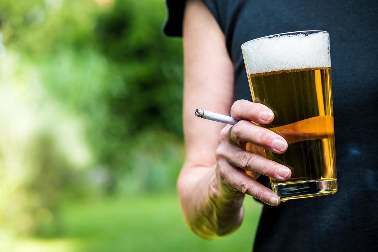 Päivittäin juovien aivot olivat keskimäärin puolisen vuotta vanhemmat kuin verrokeilla. Myös vuosikausien tupakoinnin on havaittu rappeuttavan aivoja. Kuva: Shutterstock