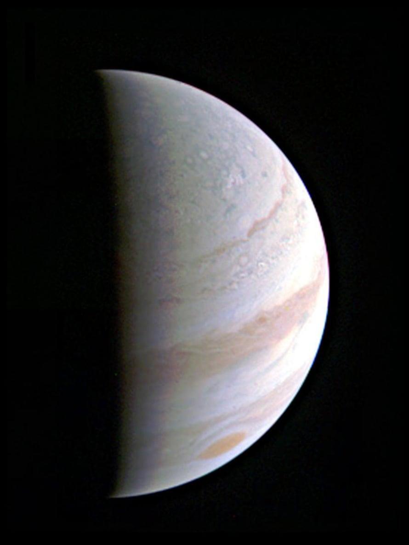 """Juno-luotaimen lauantaina ottama kuva Jupiterista. Etäisyys planeettaan oli kuvanottohetkellä 703 000 kilometriä. Kuva: <span class=""""photographer"""">Nasa</span>"""
