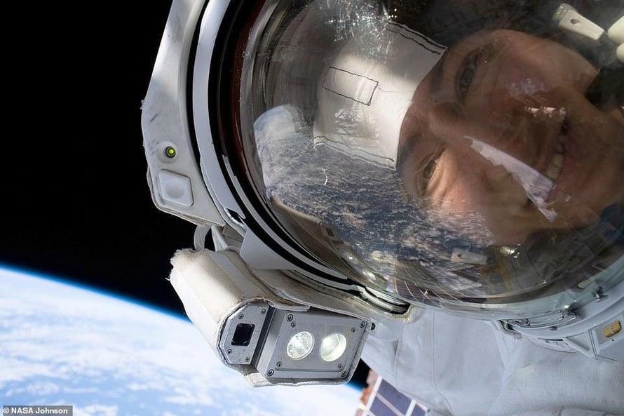 Christina Koch otti selfien avaruuskävelyllä lokakuussa 2019