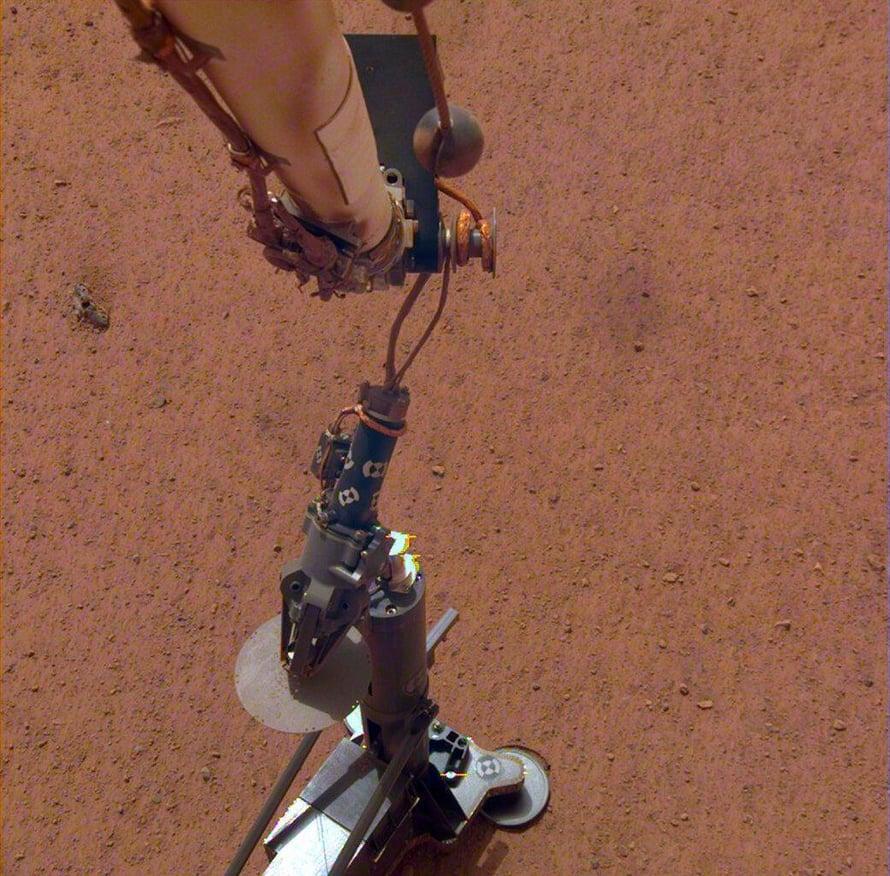 Robottikäsi asetti Marsin sisustan lämpöä mittaavan laitteen laskeutujan viereen.