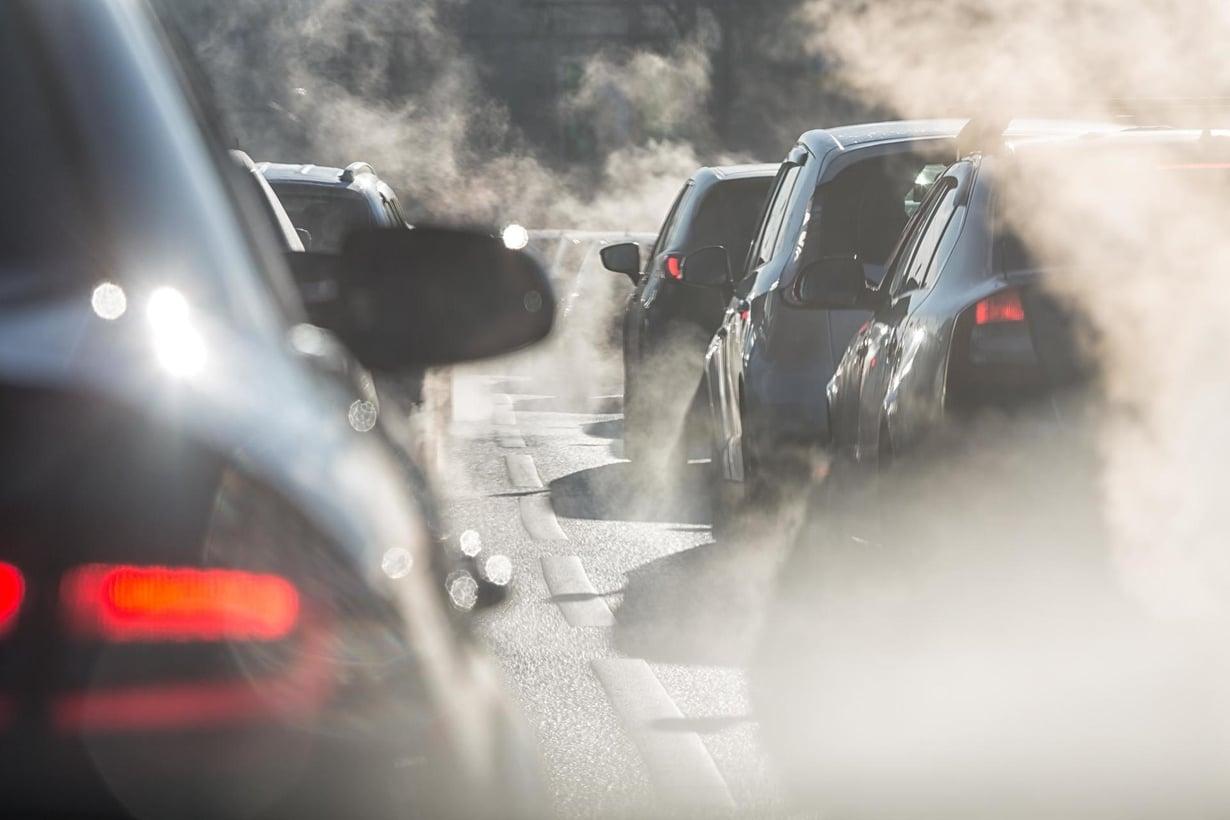Liikenteen pakokaasut voivat häiritä koululaista ja opiskelijaa.