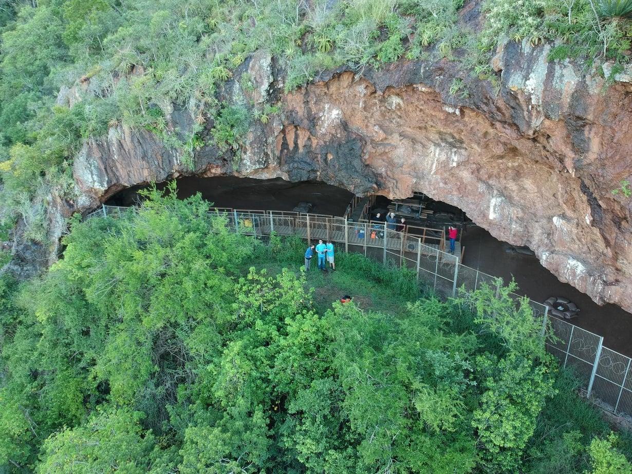 Luolasta on löytynyt myös ihmisen muinaisjäänteitä, koruja ja tarvekaluja. Kuva: Ashley Kruger