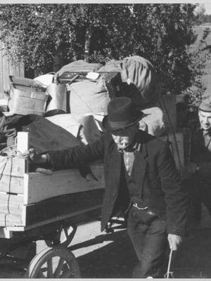"""Tärkein omaisuus pakattiin mukaan evakkomatkalle Karjalasta kesällä 1944. Kuva: <span class=""""photographer"""">Museovirasto</span>"""