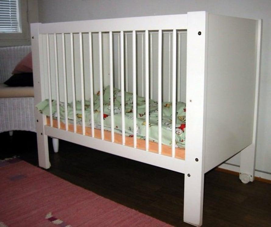 Vauvan on turvallisinta nukkua omassa vuoteessa.