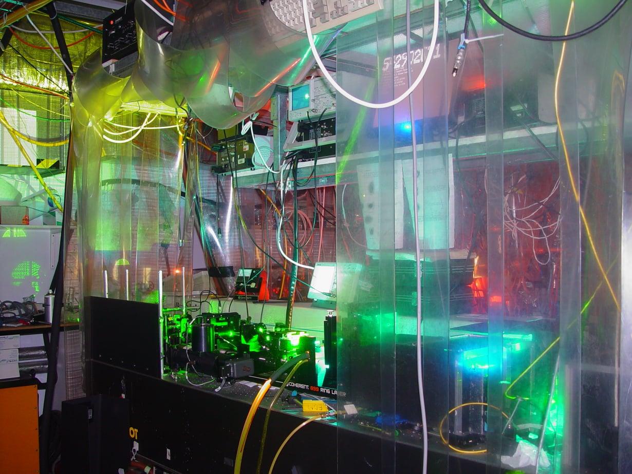 Kuvassa näkyy osa elektronin mittaamiseen käytetystä laserlaitteistosta.