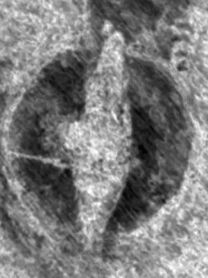 """Maan pinnan läpäisevä luotaus paljasti viikinkilaivan muodon. Kuva: <span class=""""photographer"""">Norjan kulttuuriperinnön instituutin.</span>"""