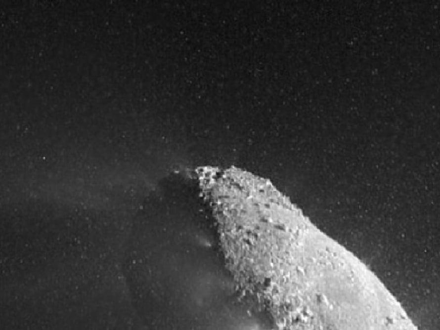 Hartley 2-komeettan ydintä verhoaa lumipalloparvi.