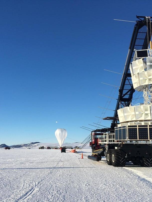 """Nasan Anita-tutkimusilmapallon mittalaiteet tarkkailevat jäästä tulevia hiukkasten jälkiä. Kuva: <span class=""""photographer"""">Nasa</span>"""