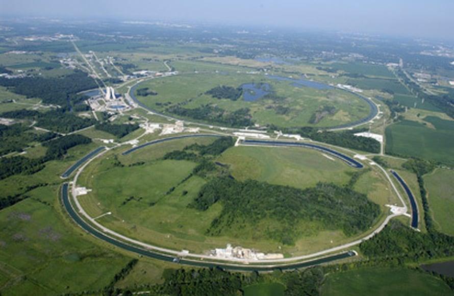 """Vielä maailman tehokkain hiukkaskiihdytin, Tevatron-törmäytin, levittäytyy maaseudulle Chicagon lähellä. Kuva: <span class=""""photographer""""><A HREF=http://en.wikipedia.org/wiki/Image:Fermilab.jpg>Wikimedia Commons</A></span>"""