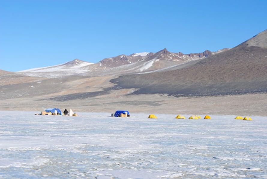 Suolaisen Vida-järven bakteereista porattiin näytteitä jääkannen läpi 2010. Kymmenen tutkijan leiri oli pystyssä kuukauden.