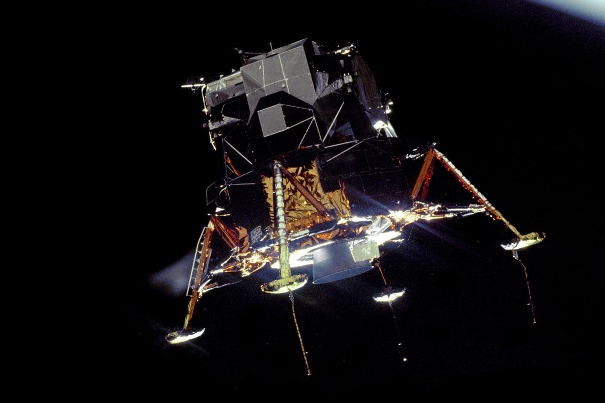 20.7.1969 Historiallinen matka alas alkaa. Kuualus Eagle on juuri irtautunut komentomoduuli Columbiasta. Kuva: Nasa