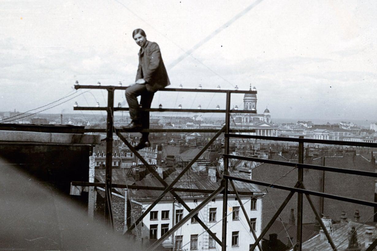 1906 elämä hymyili. Tekniikkafriikillä oli hyvä teknikon paikka tulevaisuuden alalla Helsingin puhelinyhdistyksessä. Kuva: Peter Tigerstedtin kotialbumi