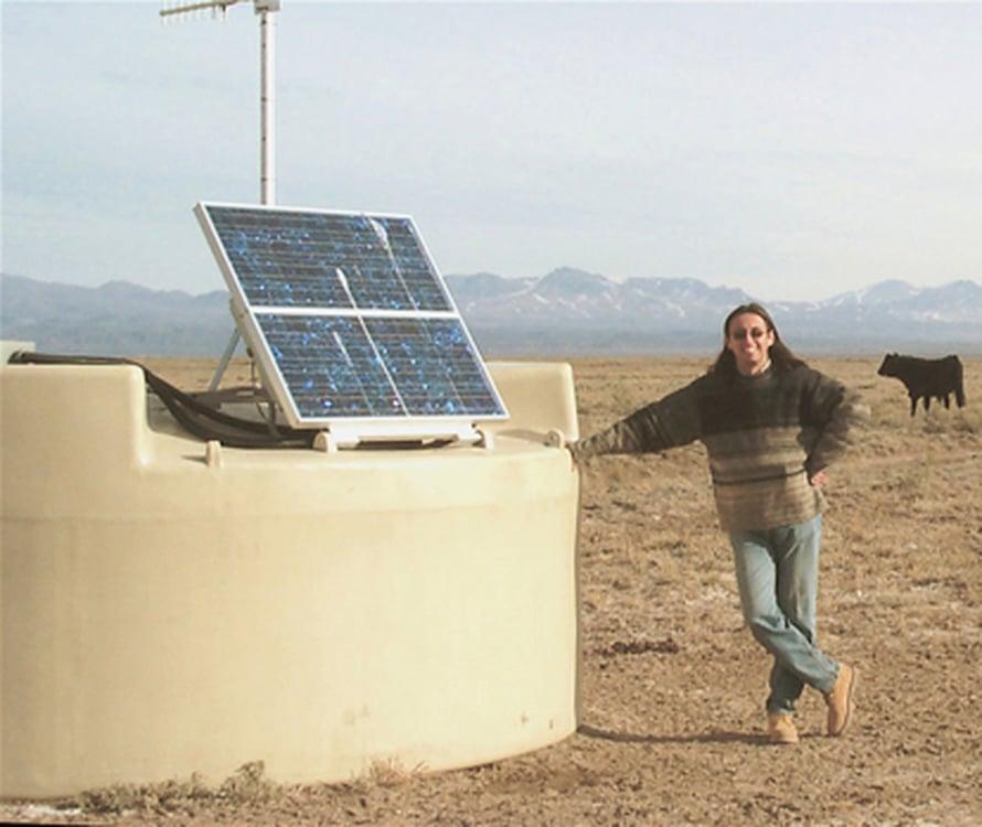 """Miguel Mostafa Argentiinassa. Vieressä on yksi Pierre Auger -observatorion 1600 vesitankista. Kuva: <span class=""""photographer"""">Utahin yliopisto.</span>"""