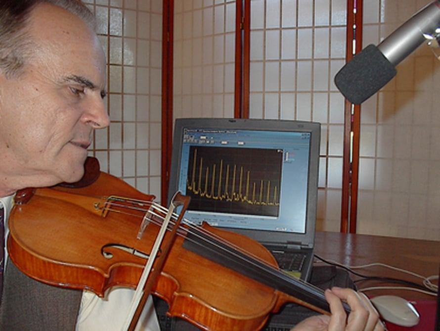 """Joseph Nagyvaryn rakentamassa viulussa on käytetty samaa puunsuojausta kuin Stradivareissa. Viulun sointia testataan. Kuva: <span class=""""photographer"""">Mary Ann Watson.</span>"""