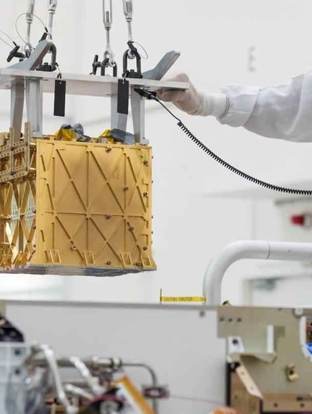 """Happea tuottavaa Moxieta siirrettiin puhdastilassa Kaliforniassa viime vuonna. Se pakattiin osaksi mönkijä Perseverancea ja matkalle Marsiin. Kuva: <span class=""""photographer"""">Nasa</span>"""