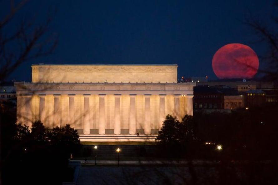 Superkuu kohoaa Washington D.C:n taivaan ylle maaliskuussa 2011. Loppuvuoden täysikuut ovat sitä suurempia. Kuva: Nasa / Bill Ingalls