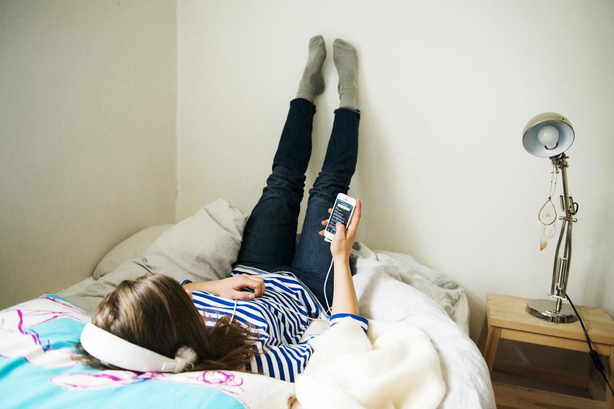 Uuden tutkimuksen mukaan älypuhelinaltistuksen määrällä ei näyttäisi olevan yhteyttä pahaan oloon päivätasolla eikä pitkälläkään aikavälillä. Kuva: Emilia Kangasluoma