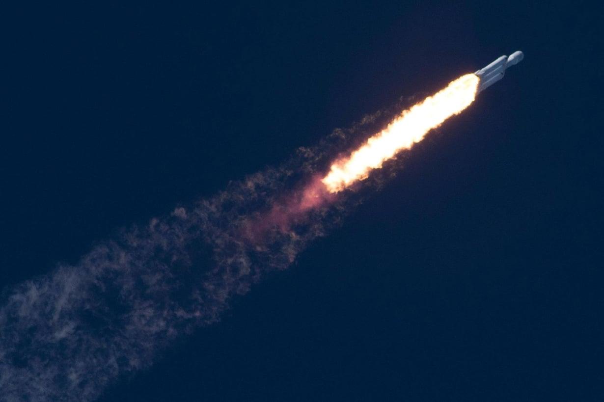Falcon Heavy lentää kohti avaruutta. Kuva: Reuters