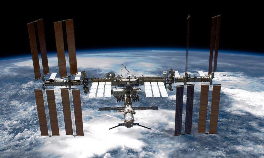 """Kansainvälisellä avaruusasemalla on jatkuvasti enemmän kuin yksi ihminen. Kuva: <span class=""""photographer"""">Nasa</span>"""