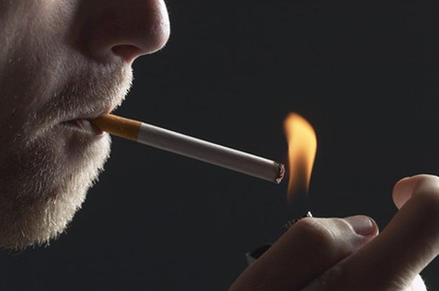 Tupakka selittää suuren osan keskiluokan ja huonosti koulutettujen terveyseroista. Kuvapörssi.