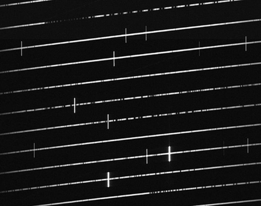 """Auringon spektrin pystysuorat tummat viivat kertovat, mitä alkuaineita sen pintakerroksessa on. Kuva: <span class=""""photographer"""">ESO</span>"""