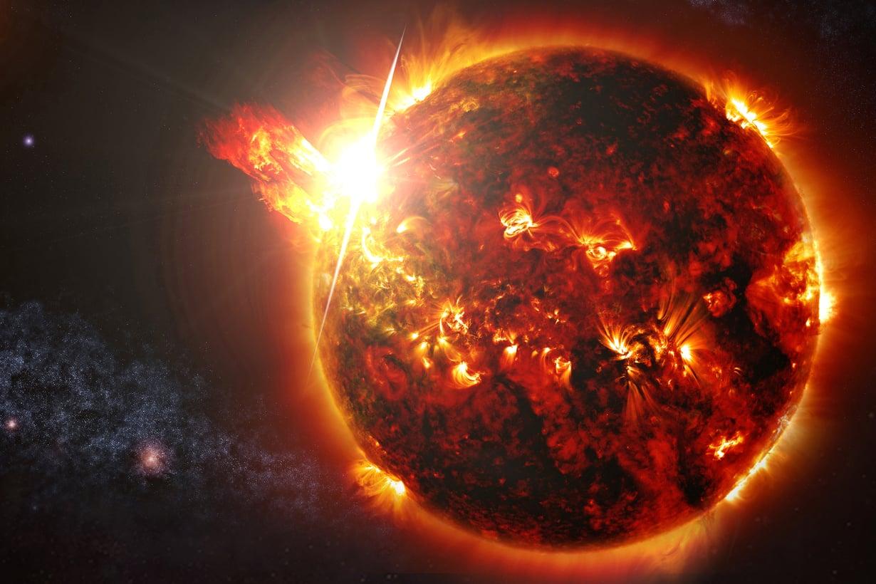 Tähdessämme räiskyy monin tavoin, mutta aurinkomyrskyjä tuottavat rajuimmat roihut, erityisesti koronan massapurkaukset.