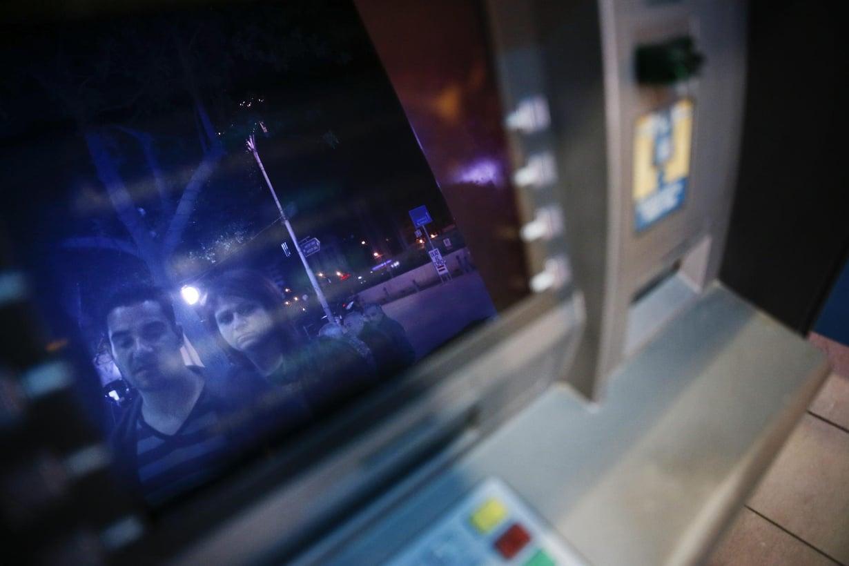 Kaupunginosan mikrobit kulkeutuvat pankkiautomaatin näppäimistölle. Kuva: Rio Gandara / HS