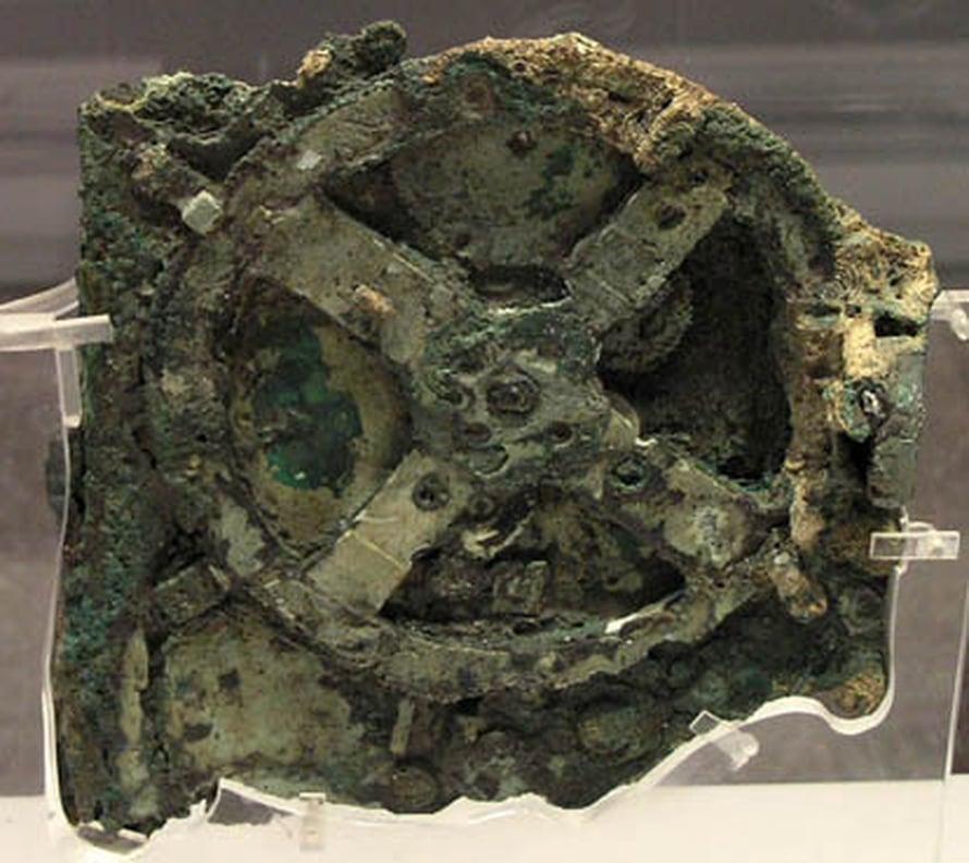"""Antikytherasta vuonna 1901 löytyneen mekaanisen """"tietokoneen"""" suurin osa. Kuva: <span class=""""photographer"""">The Antikythera Mechanism Research Project</span>"""