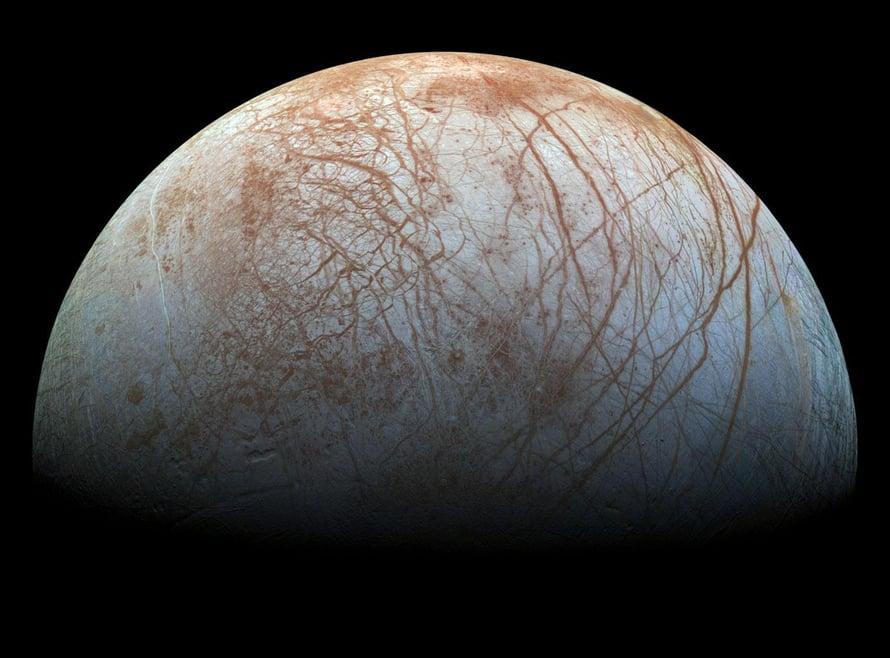 Jupiterin kuun Europan pinta on jään peitossa, ja pinnalla näkyvät viirut lienevät halkeamia. Kuva: Nasa